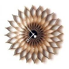 שעון קיר בגוונים של חום עם דוגמא מעניינת