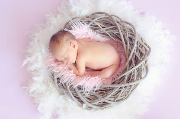 תינוקת בסלסלה